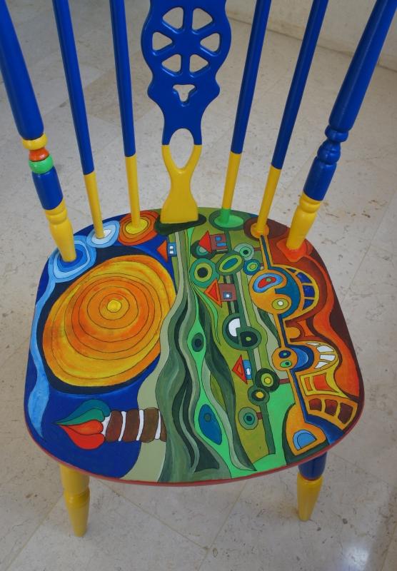 כסא בהשראת עבודותיו של הונדרטוואסר 009