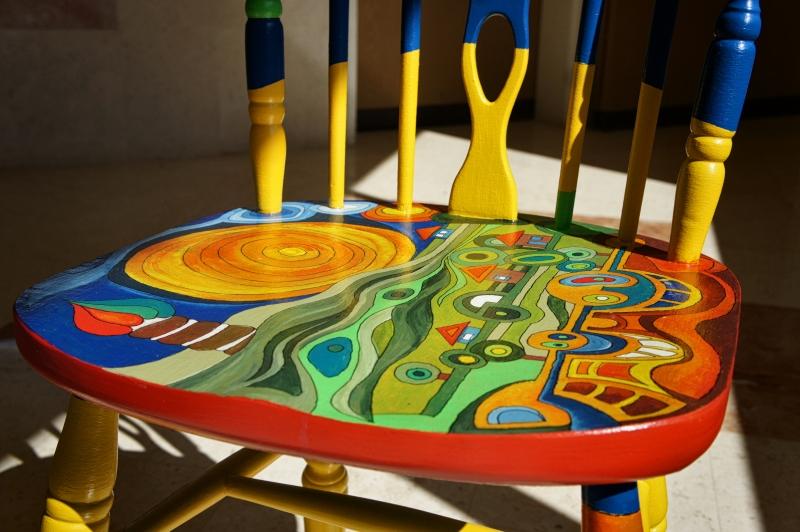 כסא בהשראת עבודותיו של הונדרטוואסר 025